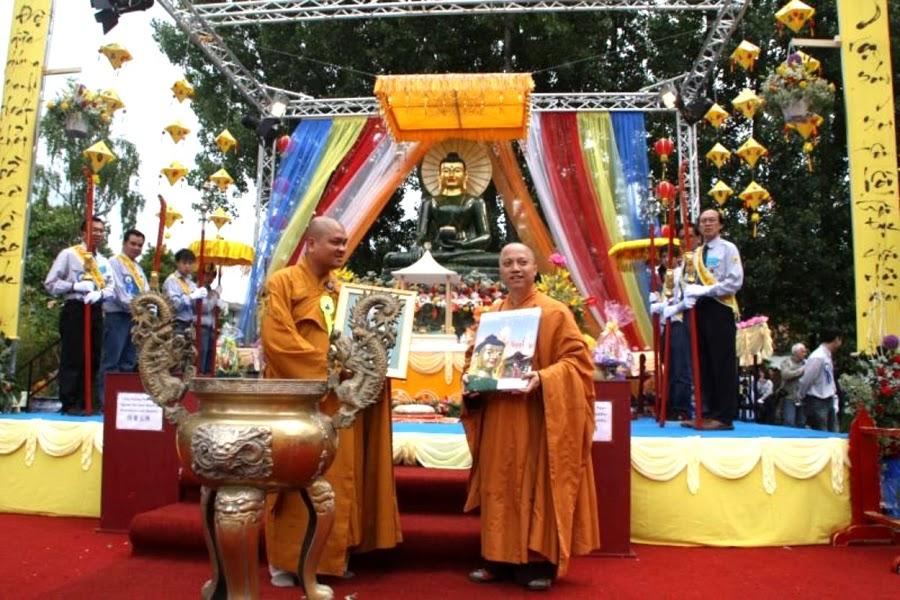 Le Khai Mac Phat Ngoc tai chua Vien Giac Duc Quoc 2011 (6)