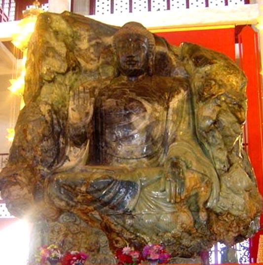 Tượng Phật bằng secpentinit đặt tại chùa An Sơn Liễu Ninh - Trung Quốc