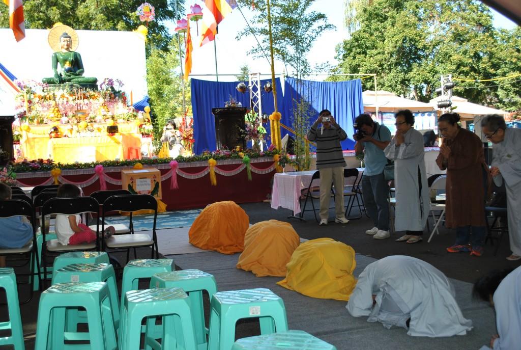 Kinh Hành Lạy Tam Bộ Nhứt Bái- Phat Ngoc OR 2014 (12)