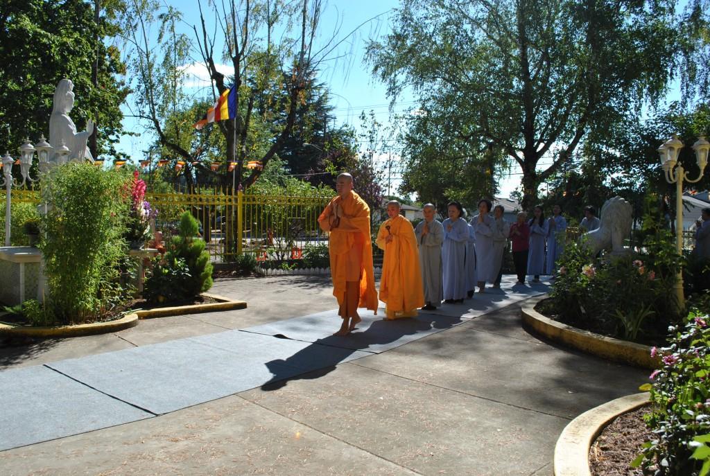 Kinh Hành Lạy Tam Bộ Nhứt Bái- Phat Ngoc OR 2014 (4)