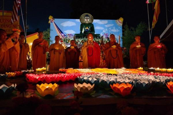 Lễ Hội Hoa Ðăng Cầu Nguyện Hòa Bình